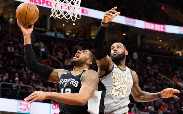 LeBron James (r.) musste sich LaMarcus Aldridge (l.) und den Spurs geschlagen geben