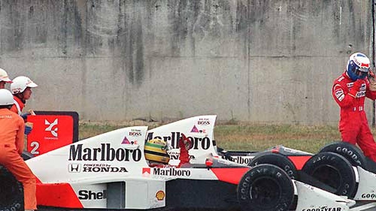 1989: Beim Japan-GP kommt es zum Crash zwischen den beiden McLaren-Honda-Piloten Ayrton Senna und Alain Prost. Während für den Franzosen das Rennen beendet ist, kämpft sich der Brasilianer zurück und gewinnt. Doch er wird für die Kollision verantwortlich gemacht und disqualifiziert - eine krasse Fehlentscheidung zu Gunsten von Prost