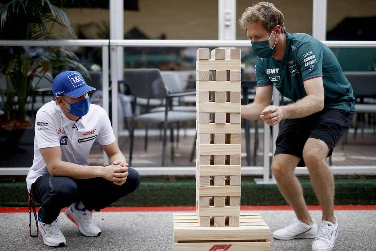 Sebastian Vettel und Mick Schumacher liefern sich vor dem Rennen in Austin ein kurioses Duell. Der Aston-Martin-Fahrer behält die Oberhand.