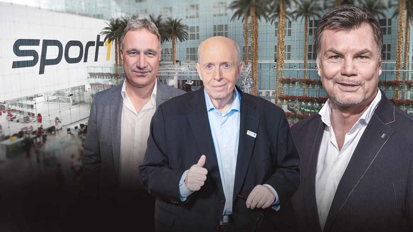 Moderator Thomas Helmer (r.) begrüßt Marco Bode (l.) und Reiner Calmund im CHECK24 Doppelpass