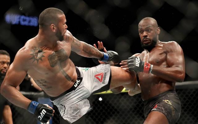 Thiago Santos (l.) erlitt bei UFC 239 gegen Jon Jones einen Totalschaden am Knie
