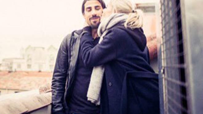 So schön kann Unterstützung aussehen: Lena Gercke kuschelt mit Sami Khedira.