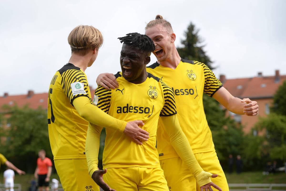 Die U19 von Borussia Dortmund setzt sich im Duell mit den Talenten des FC Schalke klar durch - obwohl auf beiden Seiten recht lange die Null steht.