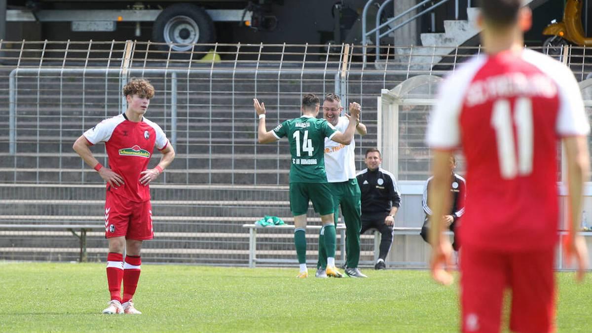 Homburgs Damjan Marceta (M.) versaute dem SC Freiburg II den vorzeitigen Aufstieg in die 3. Liga