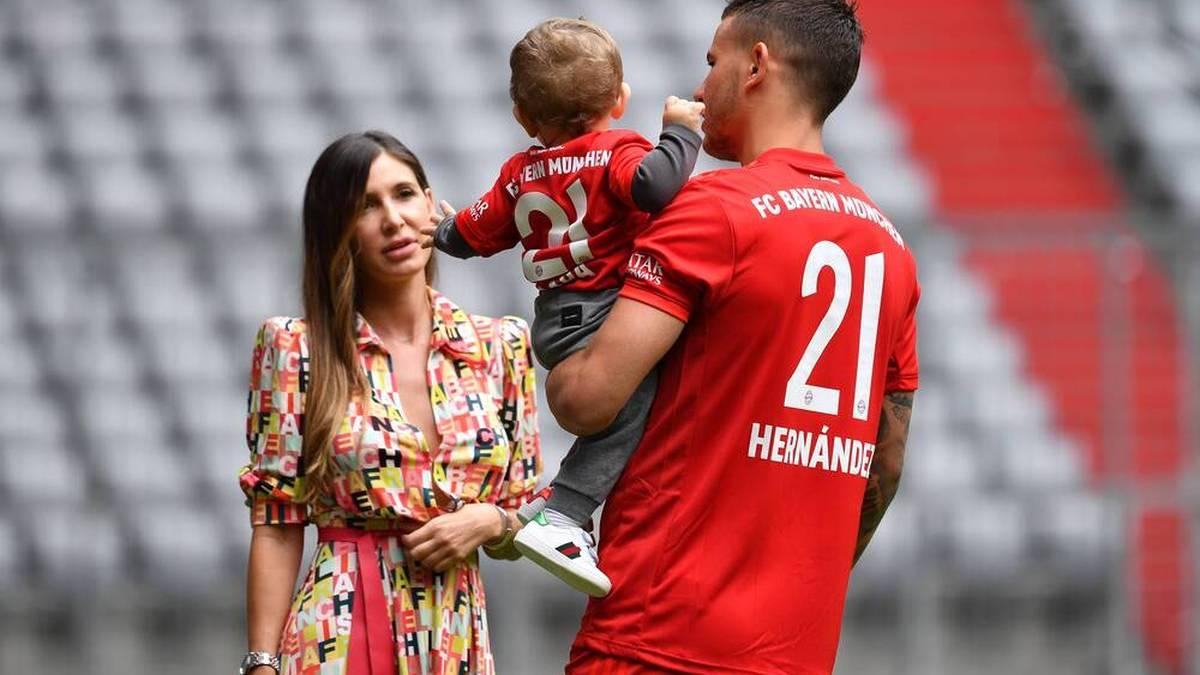 Lucas Hernández mit Ehefrau Amelia Ossa Llorente und Sohn Martin bei seiner Vorstellung beim FC Bayern