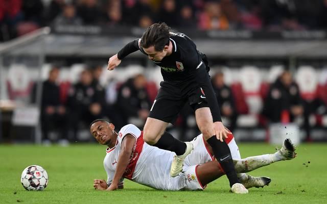 Der Augsburger Michael Gregoritsch im Duell mit Dennis Aogo (in weiß) vom VfB Stuttgart