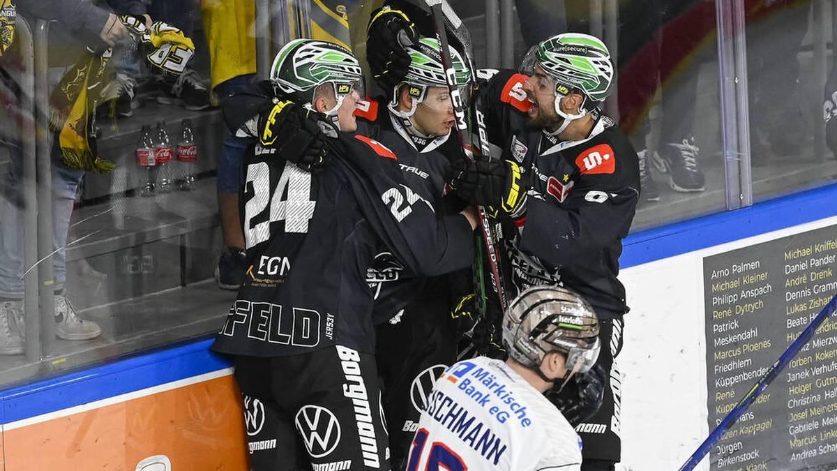 Die Krefeld Pinguine bejubeln ihren Treffer zum 2:0