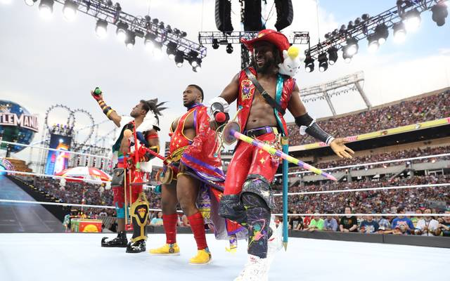 Kofi Kingston (r.) bildet mit Xavier Woods (l.) und Big E die WWE-Gruppierung The New Day