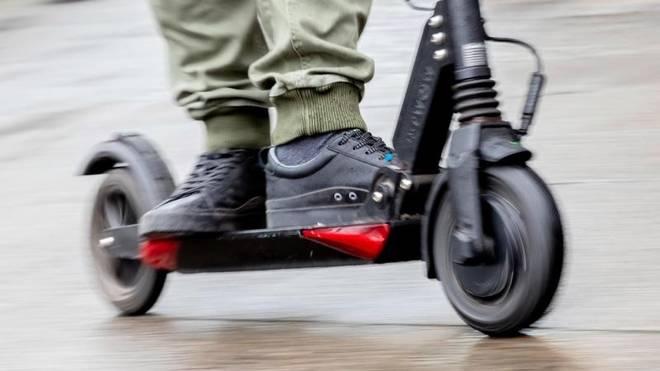 E-Scooter Tipps zur Sicherheit: Am besten die Füße hintereinander auf das schmale Trittbrett des E-Tretrollers stellen