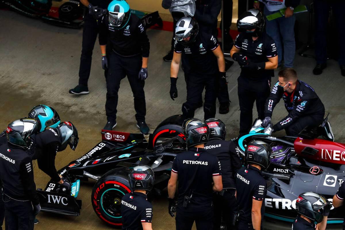 Da sein WM-Rivale von hinten startet, bietet sich im Qualifying in Sotschi die Chance für Lewis Hamilton. Doch der Brite patzt. Drei überraschende Namen schieben sich nach vorne. Mick Schumacher glänzt.