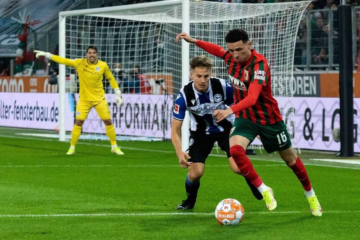 Der FC Augsburg ist gegen Arminia Bielefeld auf einem guten Weg, den zweiten Saisonsieg einzufahren, ehe ein Traumtor alle Träume zerplatzen lässt.
