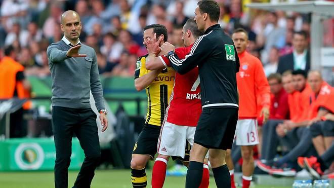 Franck Ribery (2. v. r.) und Gonzalo Castro (2. v. l.) geraten im DFB-Pokalfinale aneinander