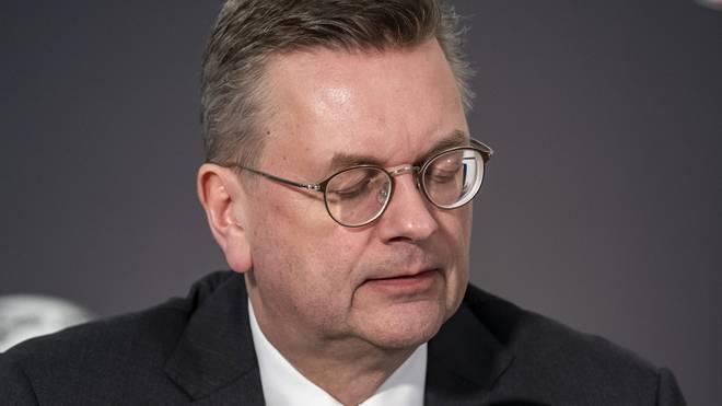 Fußball: Ute Groth will DFB-Präsidentin werden, Der ehemalige DFB-Präsident Reinhard Grindel trat von allen seinen Ämtern zurück