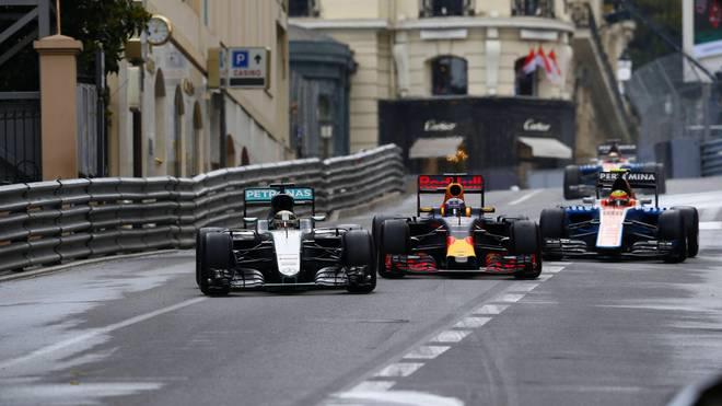 Daniel Ricciardo (m.) übte mächtig Druck auf Lewis Hamilton (l.) aus