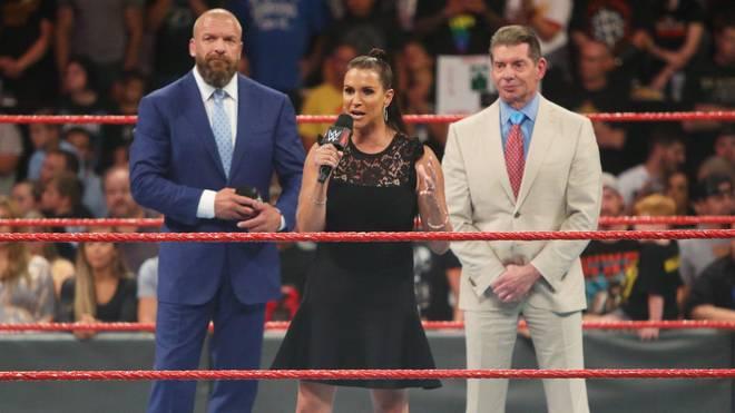 Stephanie McMahon (mit Triple H, l., und Vince McMahon) verkündete bei WWE Monday Night RAW Historisches