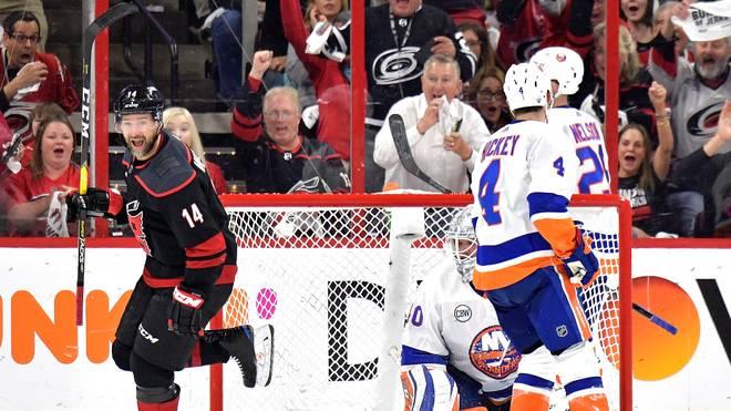 Die Carolina Hurricanes (l.: Justin Williams) gewannen auch Spiel drei gegen die New York Islanders