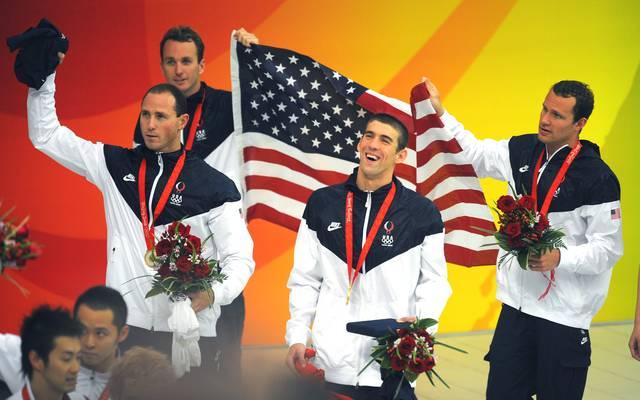 Michael Phelps feierte mit seinen Staffelkollegen seine achte Goldmedaille bei den Spielen von Peking