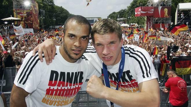 David Odonkor (l.) und Lukas Podolski ließen sich nach der WM 2006 am Brandenburger Tor feiern
