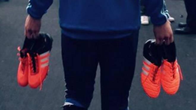 Manuel Neuer präsentiert nach dem Abschlusstraining die Schuhe seines Ausrüsters