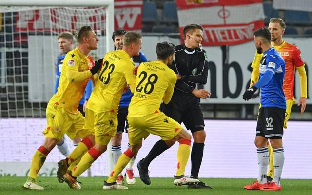 Die Spieler von Union Berlin reklamieren bei Schiedsrichter Tobias Reichel (3.v.r.), den letzten Schuss noch als Treffer anzuerkennen
