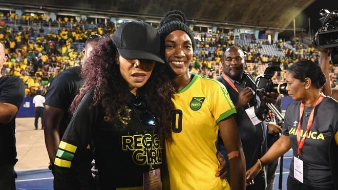 Cedella Marley (l.) mit Nationalspielerin Shakira Duncan