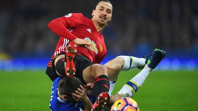 Zlatan Ibrahimovic führte einen harten Zweikampf mit Seamus Coleman