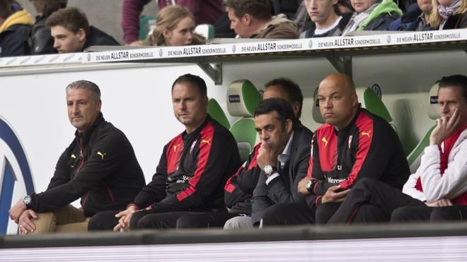 Jürgen Kramny (l.) und womöglich auch Robin Dutt (3.v.r.)  stehen beim VfB Stuttgart vor dem Aus Abstieg