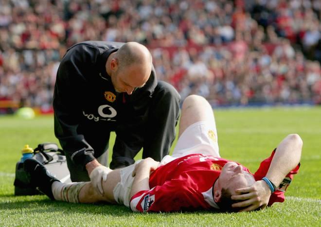 Premier League Wayne Rooney Wayne Rooney wird während eines Spiels wegen Problemen im Oberschenkelmuskel behandelt