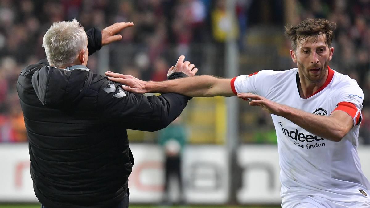Der Bodycheck des Frankfurter Spielers David Abraham gegen Freiburgs Trainer Christian Streich.