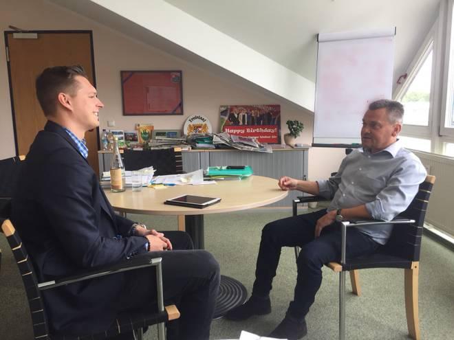 SPORT1-Redakteur Henrik Hinrichsen (l.) traf Manni Schwabl zum Interview