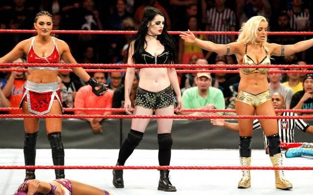 Paige (M., mit Sonya Deville, l., und Mandy Rose) ist zurück bei WWE Monday Night RAW