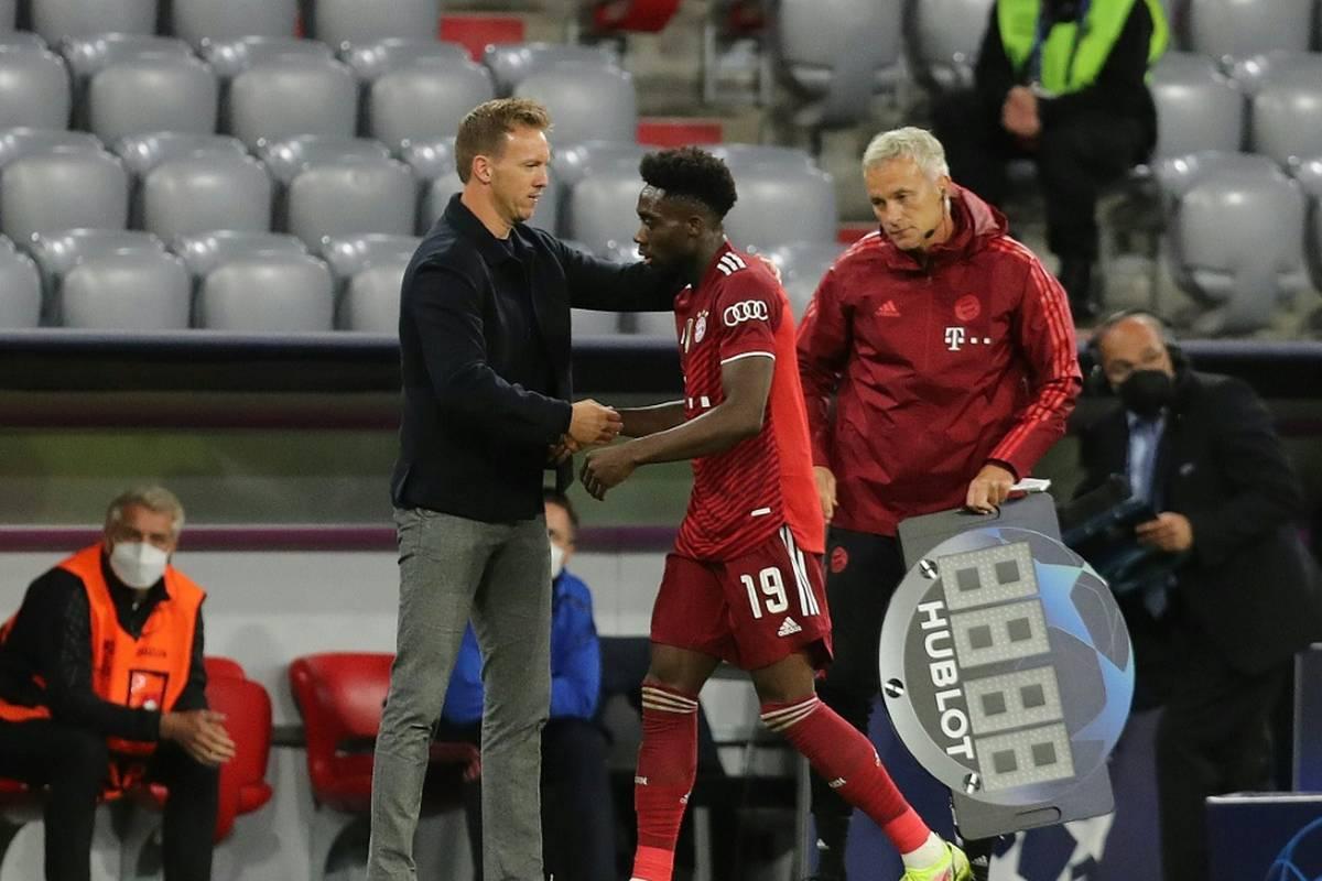 Bayern München droht für das Champions-League-Spiel bei Benfica Lissabon am Mittwoch der Ausfall des kanadischen Linksverteidigers Alphonso Davies.