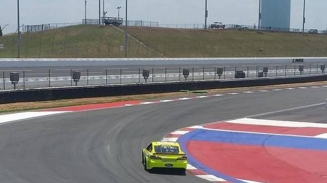 Paul Menard donnert über da Roval am Charlotte Motor Speedway