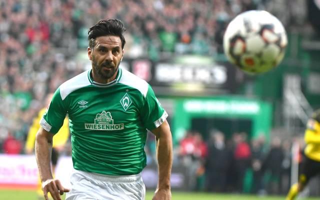 WERDER BREMEN - Claudio Pizarro Bereits seit 2012 läuft Werder Bremen mit dem umstrittenen Sponsor auf