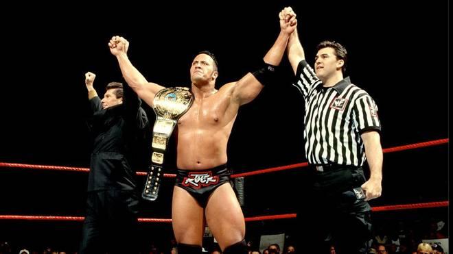 The Rock wurde bei den Survivor Series 1998 erstmals WWE-Champion - mit Hilfe von Vince (l.) und Shane McMahon