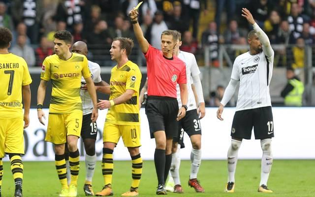 Schiedsrichter Robert Hartmann beließ es bei Gelb für Marc Bartra