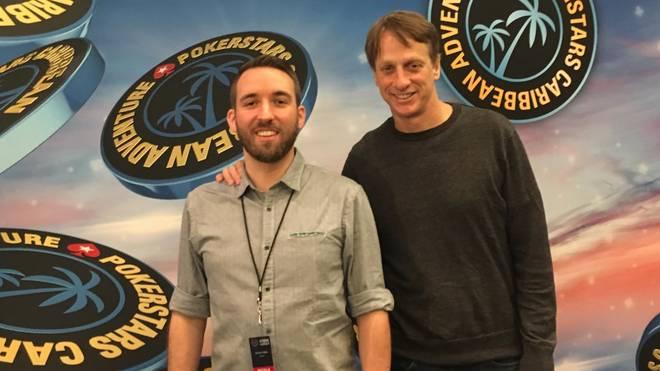 SPORT1-Reporter Sebastian Mittag (l.) sprach Tony Hawk auf den Bahamas