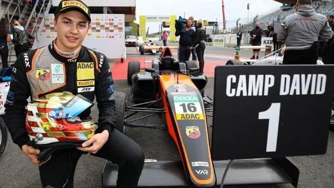 Sebastian Estner jubelt über seinen ersten Sieg in der Formel 4