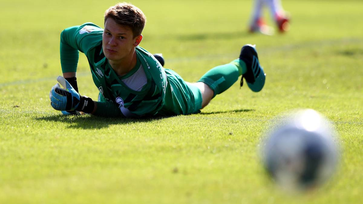 DROCHTERSEN, GERMANY - AUGUST 10: Alexander Nuebel, goalkeeper of Schalke reacts during the DFB Cup first round match between SV Drochtersen Assel and FC Schalke 04 at Kehdinger Stadion on August 10, 2019 in Drochtersen, Germany. (Photo by Martin Rose/Bongarts/Getty Images)
