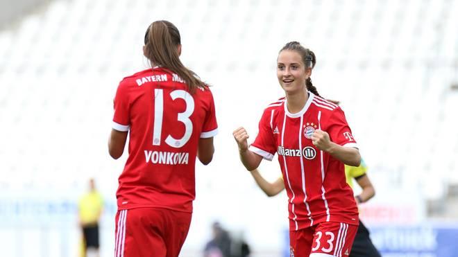 Die Frauen des FC Bayern bejubeln den Sieg zum Auftakt gegen SGS Essen