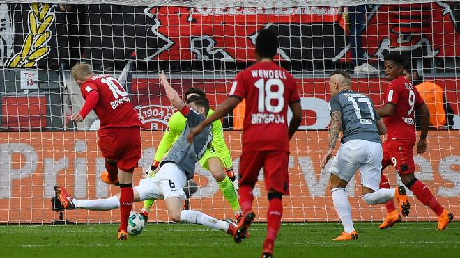Julian Brandt (l.) trifft zum vermeintlichen 1:0