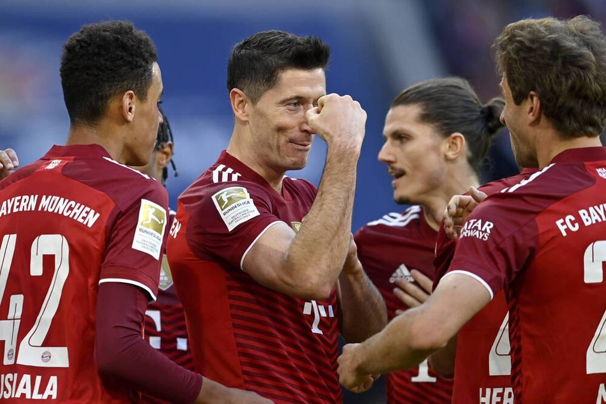 Der FC Bayern siegt trotz des Nagelsmann-Ausfalls auch in der Liga klar. Ein 4:0 über die TSG Hoffenheim hält den Rekordmeister auf Platz 1 vor dem BVB.