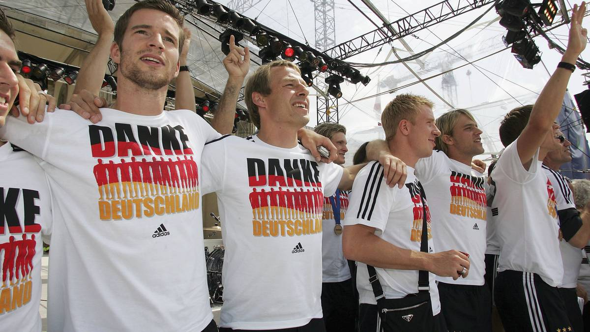Arne Friedrich (l.) und Jürgen Klinsmann auf der Fanmeile in Berlin