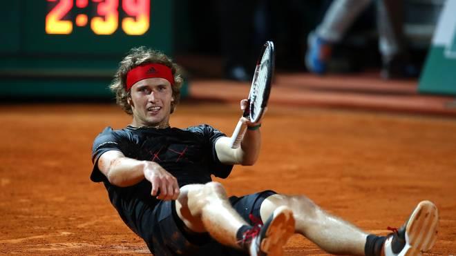 Alexander Zverev sank nach seinem Sieg überglücklich auf den Sand von Monte Carlo