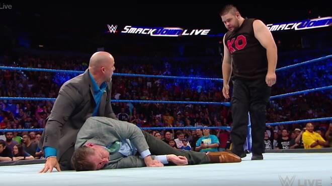Vince McMahon (mit WWE-Producer Adam Pearce, l.) wurde von Kevin Owens böse verprügelt