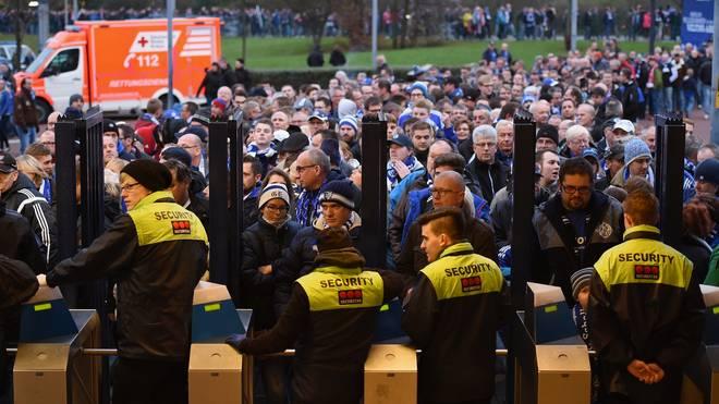 Anhänger von Bayern und Schalke gerieten vor dem Anpfiff aneinander