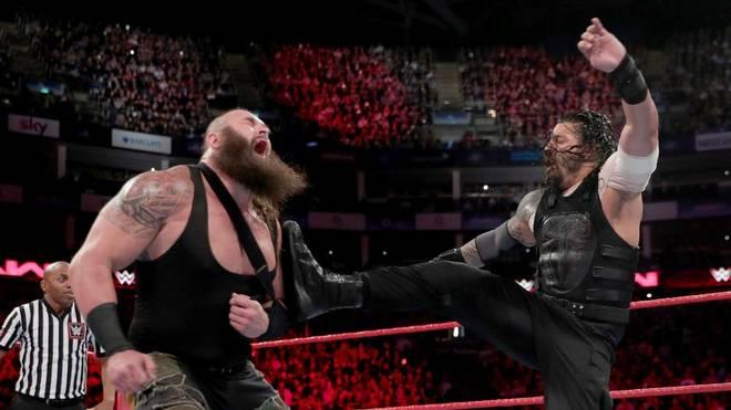 Roman Reigns (r.) konnte Braun Strowman bei WWE Monday Night RAW in Schach halten