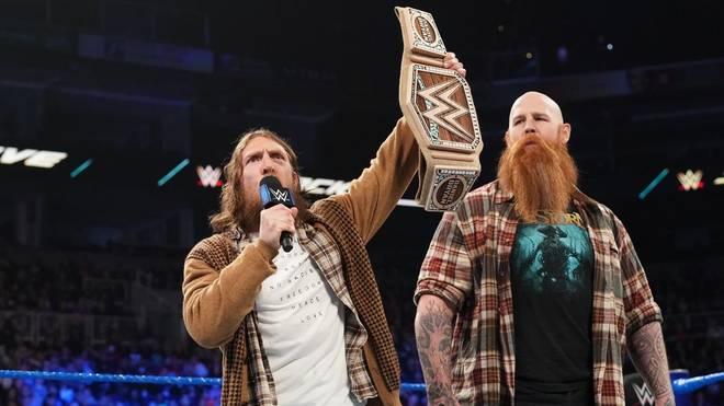 WWE-Champion Daniel Bryan (l., mit Erick Rowan) trägt nun einen Titelgürtel aus Hanf
