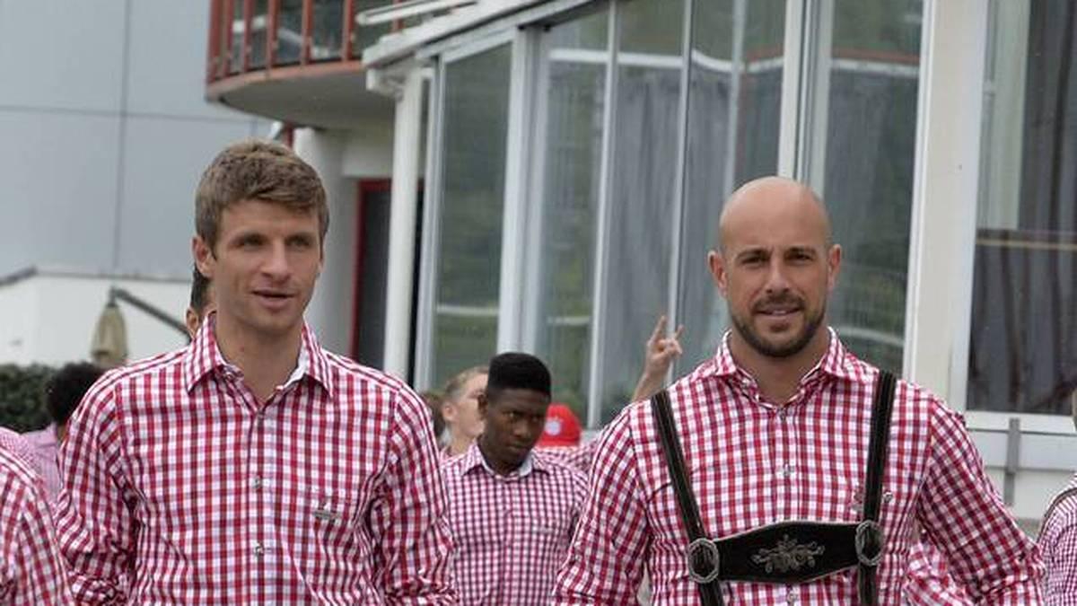 Thomas Müller (l.) spielte in der Saison 2014/15 mit Pepe Reina (r.) zusammen