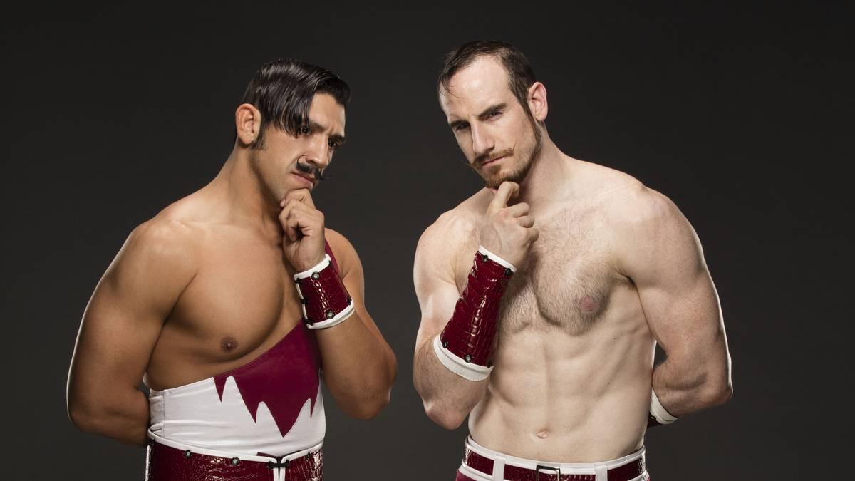 Aiden English (r.) tritt mit Simon Gotch bei WWE als Vaudevillains an
